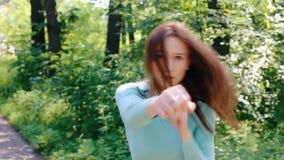 Unga flickan utarbetar slag med hennes händer arkivfilmer
