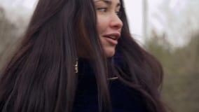 Unga flickan vänder omkring och ser förbipasserande på gatan lager videofilmer