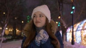 Unga flickan var den mycket kalla yttersidan, i vintern i aftonen lager videofilmer