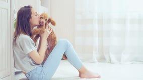Unga flickan vilar med en hund arkivfilmer