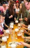 Unga flickor firar Oktoberfest Arkivfoto