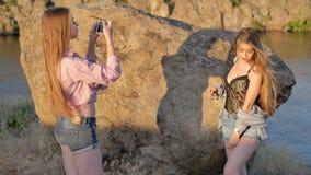 Unga flickor fotograferas på telefonen arkivfilmer