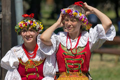 Unga flickor från Polen i traditionell dräkt Arkivbild