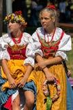 Unga flickor från Polen i traditionell dräkt 8 Royaltyfri Foto