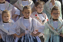 Unga flickor från Rumänien i traditionell tysk dräkt royaltyfri fotografi
