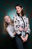Unga flickor har gyckel i studio Royaltyfri Bild