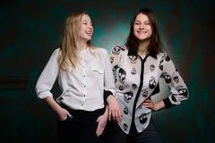 Unga flickor har gyckel i studio Fotografering för Bildbyråer
