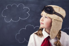 Unga flickor med den flygareskyddsglasögon och hatten Arkivbild