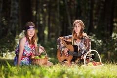 Unga flickor med en utomhus- gitarr Royaltyfri Foto