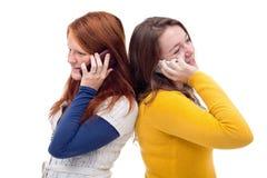 Unga flickor med mobiltelefonen Arkivfoto