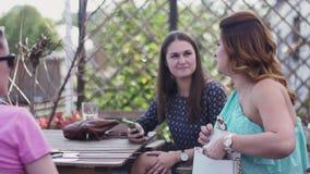 Unga flickor sitter på terrass av restaurangen tala gravid kvinna koppla av stock video