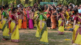 Unga flickor som dansar på den Holi/vårfestivalen arkivfilmer