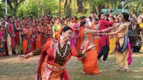 Unga flickor som dansar på den Holi/vårfestivalen lager videofilmer