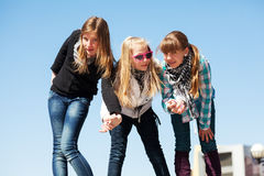 Unga flickor som har en gyckel Arkivfoto