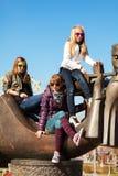 Unga flickor som kopplar av på stadsgatan Royaltyfri Foto
