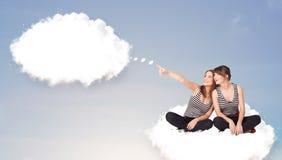 Unga flickor som sitter på molnet och tänker av abstrakt anförandebub Arkivfoto