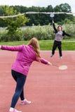 Unga flickor som spelar badminton Arkivbild