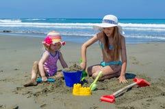 Unga flickor som spelar på stranden Royaltyfri Fotografi