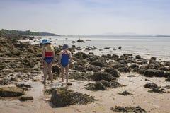 Unga flickor som undersöker en skotsk strand arkivbild
