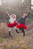 Unga flickor utomhus i rörelse Royaltyfri Bild