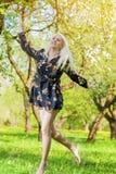 Unga Forest Nymph Dancing i blomningvårskog Royaltyfria Bilder