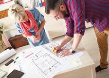 Unga formgivare som arbetar på nytt projekt Arkivbilder