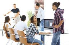Unga formgivare som diskuterar nya idéer Arkivbild