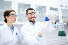 Unga forskare som gör provet eller forskning i labb Royaltyfria Foton