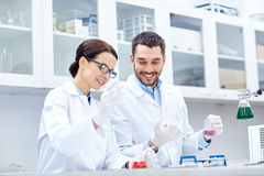 Unga forskare som gör provet eller forskning i labb Arkivbilder