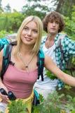 Unga fotvandra par i skog Royaltyfri Fotografi