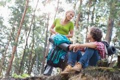 Unga fotvandra par som ser de i skog Arkivfoton