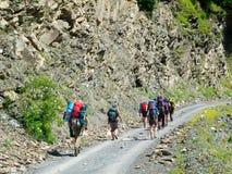 Unga fotvandrare som trekking i Svaneti, Royaltyfri Bild