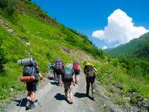 Unga fotvandrare som trekking i Svaneti, Fotografering för Bildbyråer