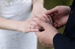 Unga gift parinnehavhänder, ceremonibröllopdag royaltyfria foton