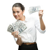 Unga gladlynt affärskvinnaholdingpengar royaltyfri fotografi