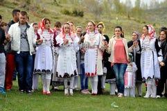 Unga Gorani flickor i traditionella dräkter royaltyfri fotografi