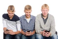 Unga grabbbrukssmartphones arkivfoton