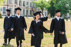 unga graderade studenter, i att gå för uddar royaltyfri fotografi
