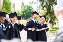 unga graderade studenter som tillsammans spenderar tid arkivfoto
