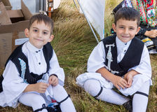Unga grekiska dansare på folklorefestivalen royaltyfri bild