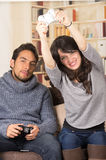 Unga gulliga par som spelar videospel Arkivfoton