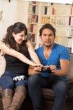 Unga gulliga par som spelar videospel Arkivbilder