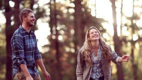 Unga gulliga par som tillsammans dansar lager videofilmer
