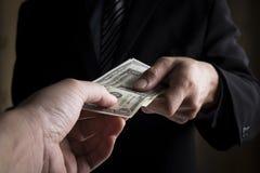 Unga händer och pengar för affärsfolk Fotografering för Bildbyråer