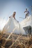 Unga härliga brud- par som utomhus flörtar i solen Fotografering för Bildbyråer