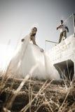 Unga härliga brud- par som utomhus flörtar i solen Royaltyfri Bild