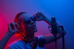 Unga härliga flickarekordvocals, showbusiness, discjockey, parti, popmusik royaltyfri foto