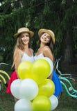Unga härliga flickor med baloons i parkera Royaltyfria Foton