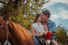 Unga härliga par med en häst filtrerat Selektivt fokusera Royaltyfria Bilder
