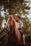 Unga härliga par med en häst filtrerat Selektivt fokusera Royaltyfria Foton